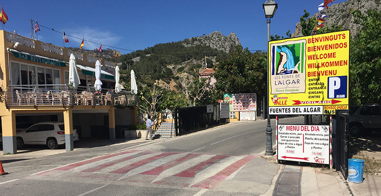 Parking spaces and restaurants next to the Fuentes del Algar